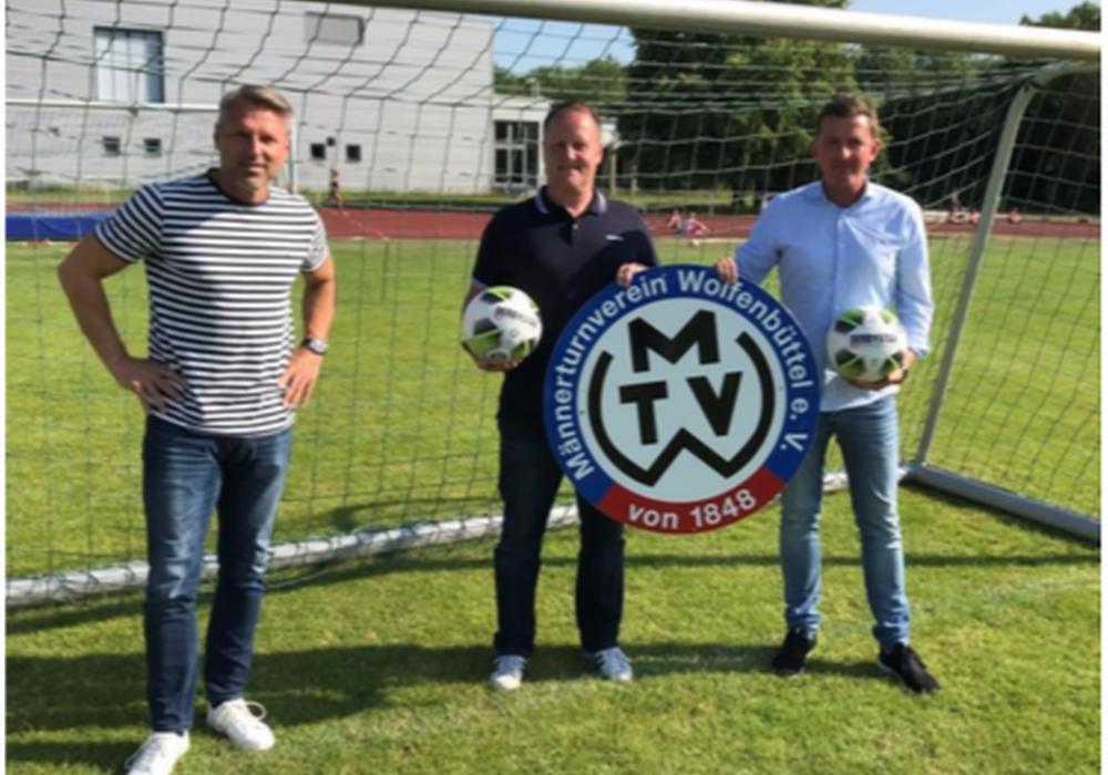 Bild von links: MTV-Sportkoordinator Fußball, Michael Nietz, Stefan Gehrke und Hannes Deicke.