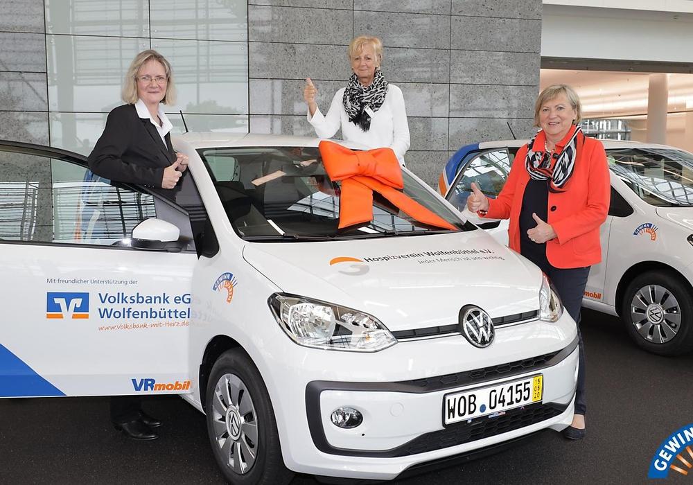 Die Hospizvereine Helmstedt und Wolfenbüttel können sich über ihr erstes Dienstfahrzeug freuen.