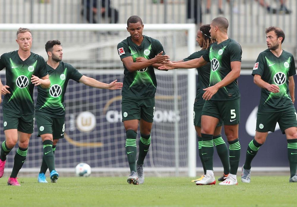 Felix Uduokhai (Bildmitte) verlässt den VfL Wolfsburg.