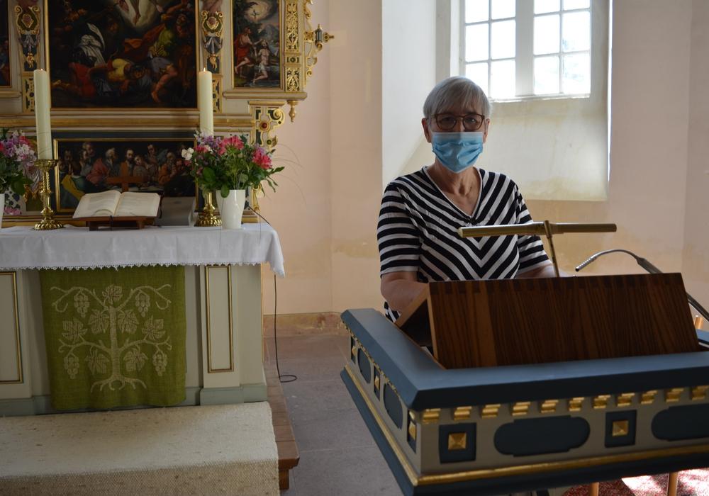 Heidrun Hahn startet die Aufnahme der Predigt.