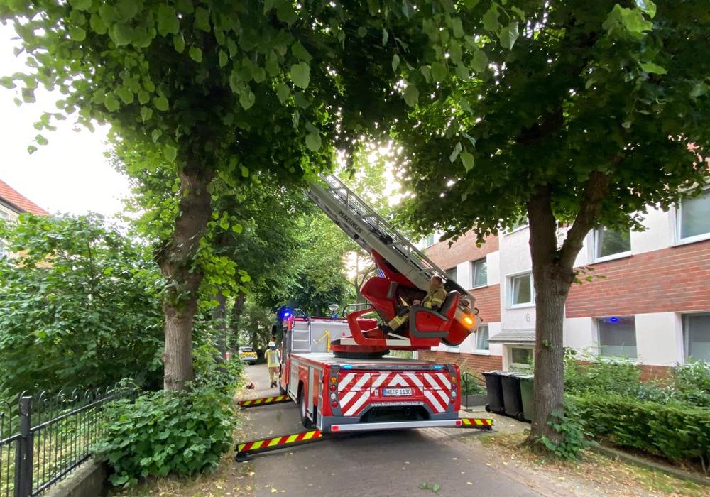 Die Feuerwehr unterstützte mit der Drehleiter.