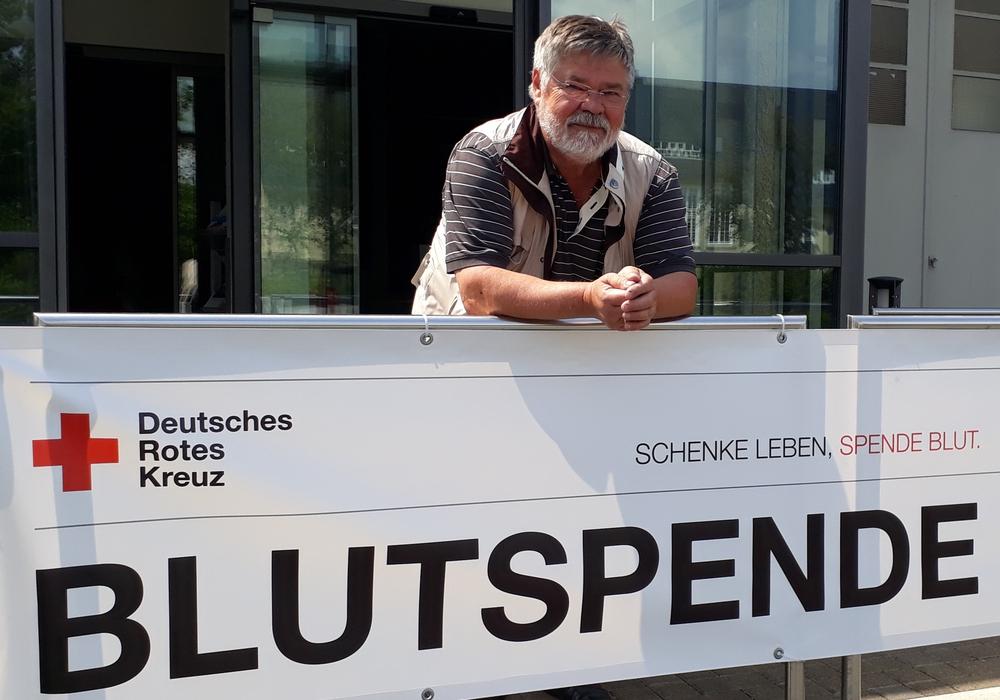 Das Foto zeigt Achim Liersch, der am 15. Juni zum 120. Mal Blut gespendet hat.