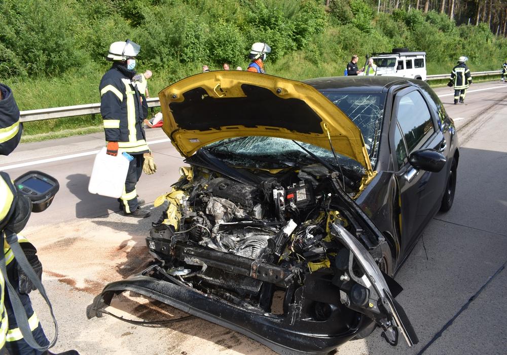 Die Front des Fahrzeugs wurde durch den heftigen Aufprall völlig zerstört.