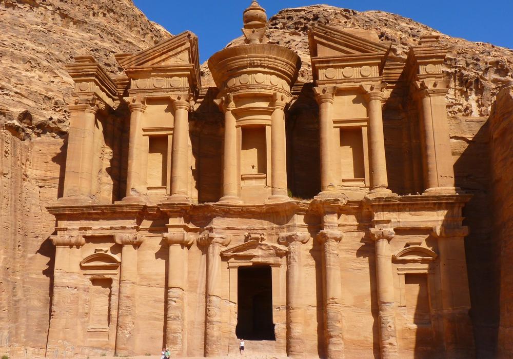 Die größte kulturelle Attraktion Jordaniens ist die Felsenstadt Petra. Sie gilt auch als achtes Weltwunder der Antike.