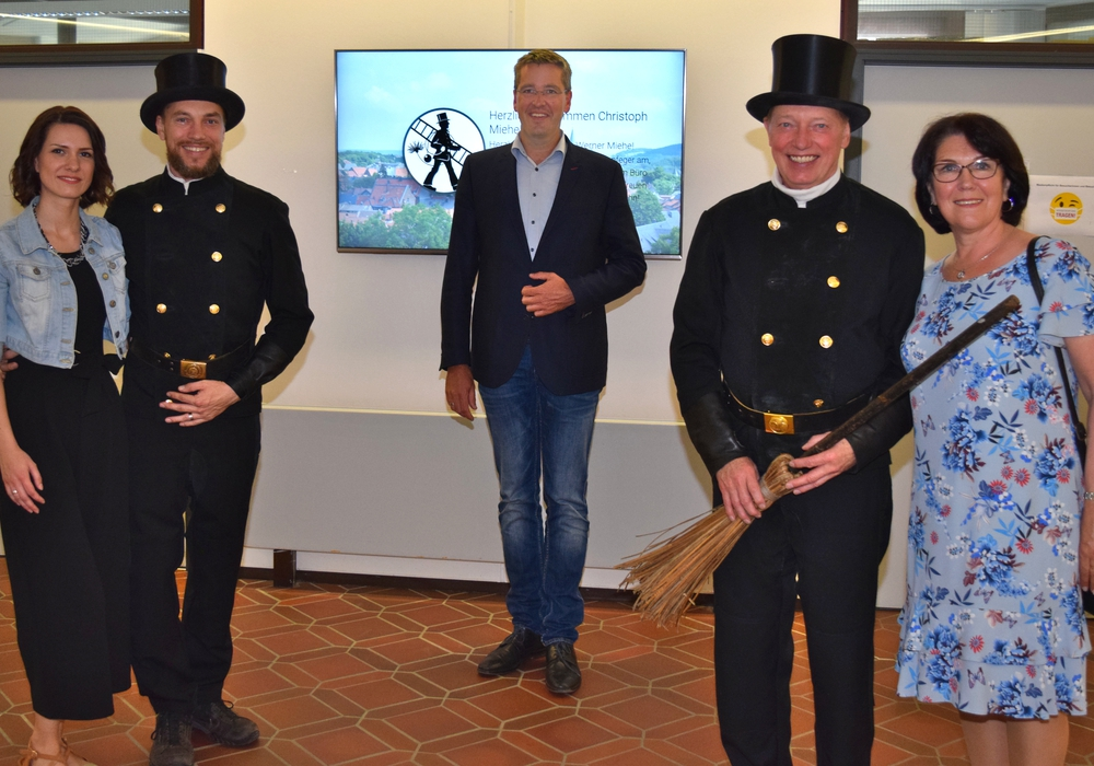 Dr. Oliver Junk (Mitte) begrüßt mit Christoph Miehe – links mit Ehefrau Cornelia – den neuen Bezirksschornsteinfeger und verabschiedet zeitgleich dessen Vorgänger: Werner Miehe mit Ehefrau Karin.