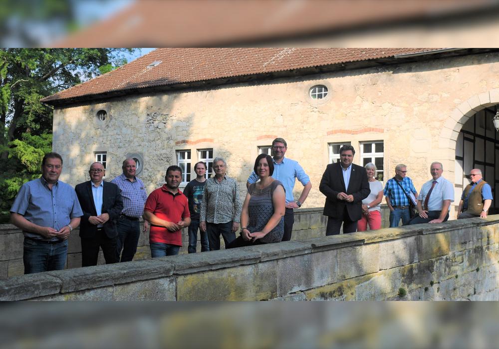 Der CDU Kreisvorstand versammelte sich auf Brücke zum Wasserschloss in Veltheim.