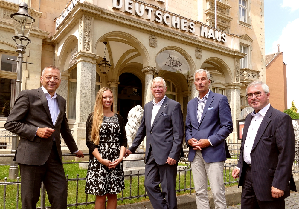 Auf dem Foto sehen Sie die Präsidenten der Braunschweiger Rotary-Clubs und der Jugendorganisation Rotaract (von links): Christoph Vierling, Kristin Torka, Thomas Mächtig, Martin Mack und Lothar Stempin.
