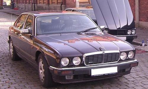 Der Jaguar. Auffällig ist außerdem der verbeulte linke Kotflügel. Wer hat dieses Fahrzeug möglicherweise 2007 in der Algarve gesehen? Ist es auf alten Urlaubsfotos?