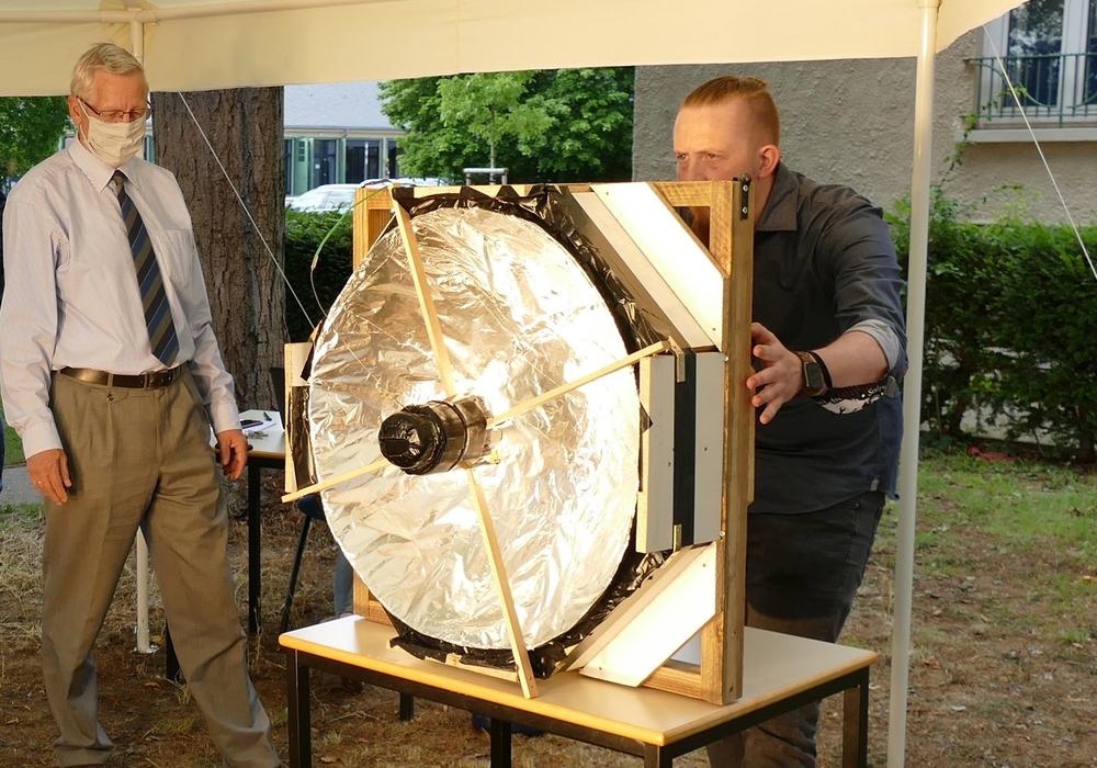 """Beim Test des selbst gebauten Modells """"Solarkocher"""": Björn Schmidt (Berufsbildende Schulen Fredenberg, Salzgitter) mit Professor Dr. Gernot Wilhelms."""
