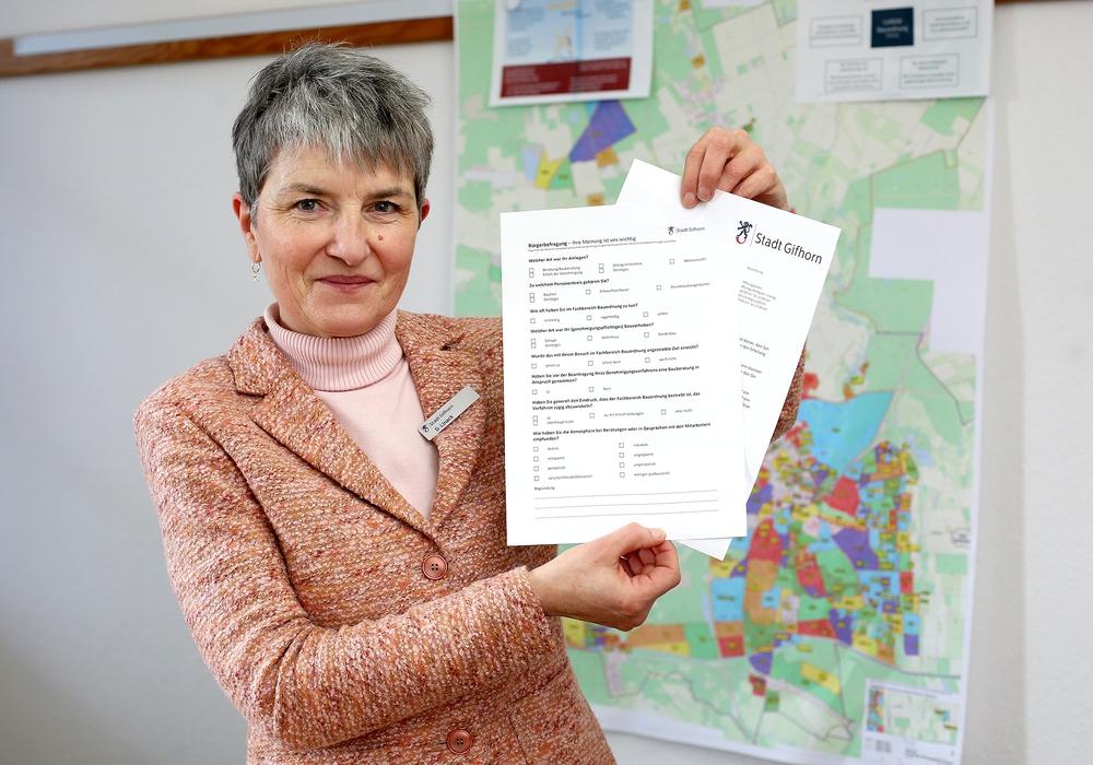 Doris Linack zeigt die neue Umfrage samt Fragebogen.