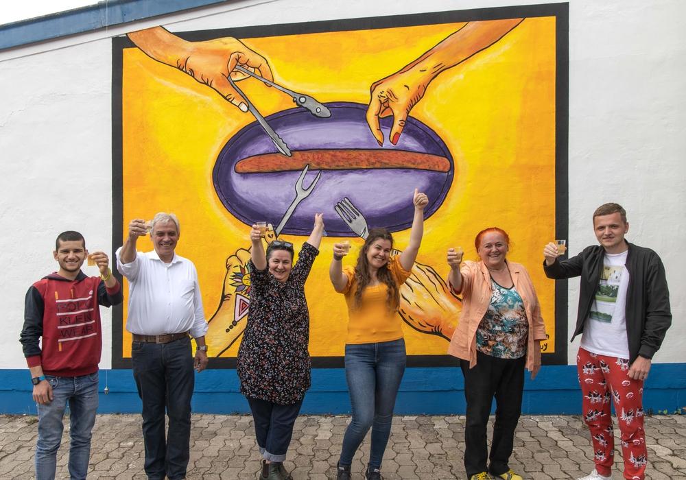 Von links nach rechts: Ali Asihy, Künstler, Henning Ludewig Geschäftsführer von Ludewig Lebensmittelmarkt; Fatma Huy, Künstlerin; Özlem Demir, Künstlerin; Wilma Klein, Künstlerin; Vladislav Basovschii (Firma Ludewig Social Media).