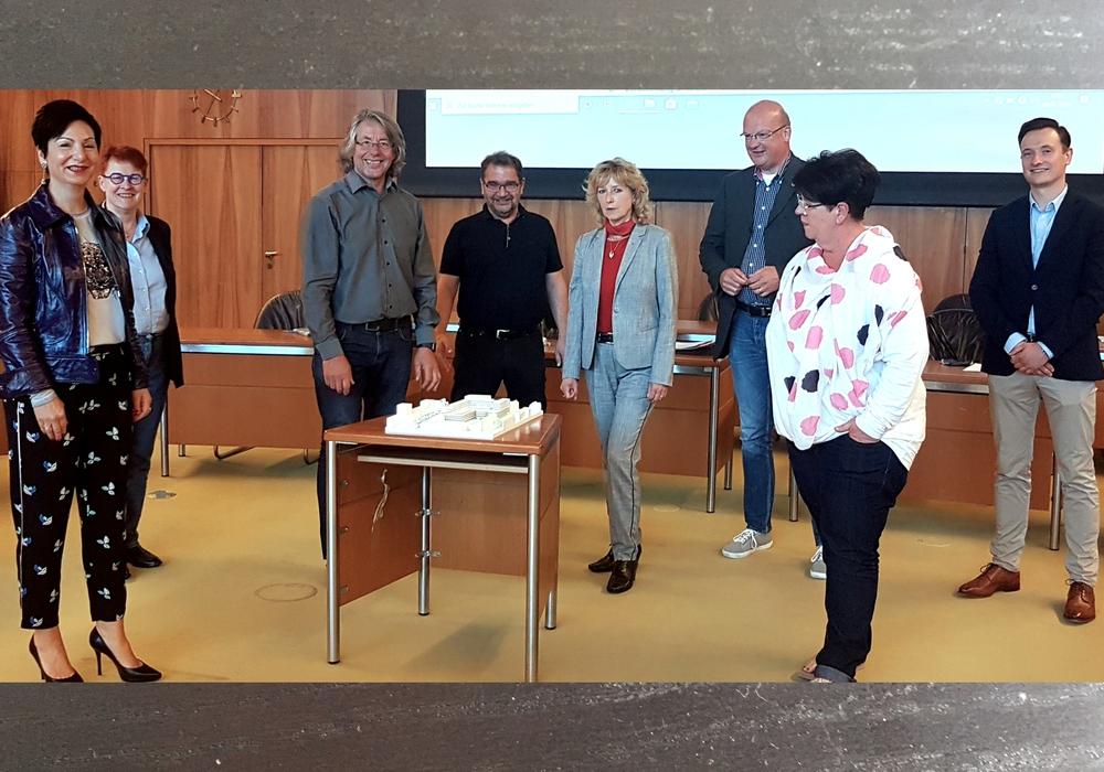 Versammelten sich um das Modell für die geplanten BraWo-Arkaden im Ratssitzungssaal (von links): Immacolata Glosemeyer, Dr. Christa Westphal-Schmidt, SPD-Fraktionsvorsitzender Hans-Georg Bachmann, Sabah Enversen, Claudia Kayser, Ingolf Viereck, Kerstin Struth und Sebastian Mittelstädt.