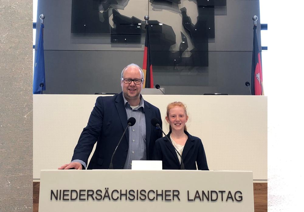 Jörn Domeier neben Lea Liebenow aus Schöningen im niedersächischen Landtag. Archivbild.