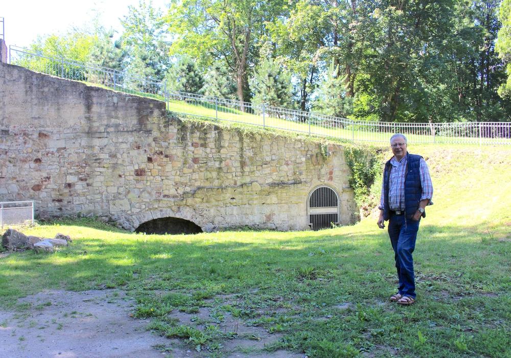 Dieter Kertscher nahm uns mit auf eine Zeitreise. Im Hintergrund: Der Eingang zur Kasematte, die im Krieg auch als Luftschutzbunker diente.