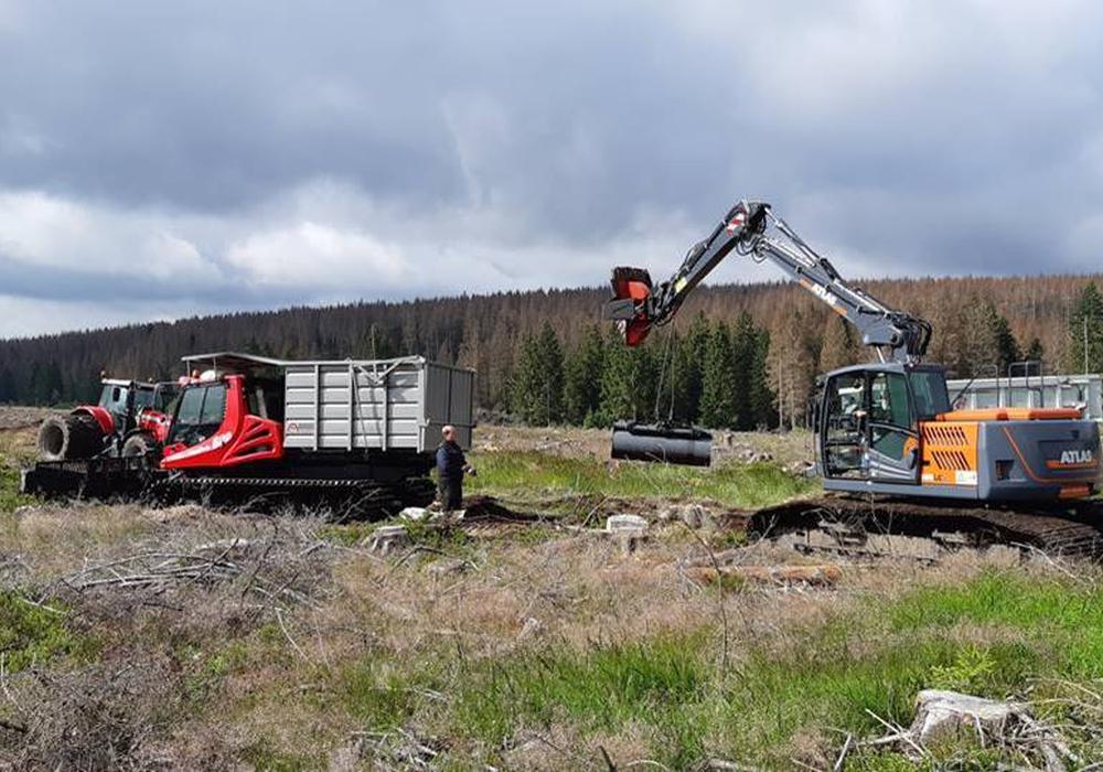 Mehrere Spezialmaschinen sind auf der Baustelle nahe Braunlage eingetroffen. Das Forstamt Lauterberg bittet Waldbesucher, die Großbaustelle am westlichen Wurmberg während der Moorrenaturierung zu meiden.