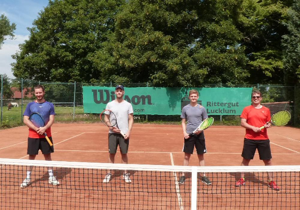 Das neu formierte zweite Herrenteam auf der heimischen Tennisanlage, (von links nach rechts): Robert Schrimpf, Arne Ziemer, Marcus Tendler und Jens Henschel.