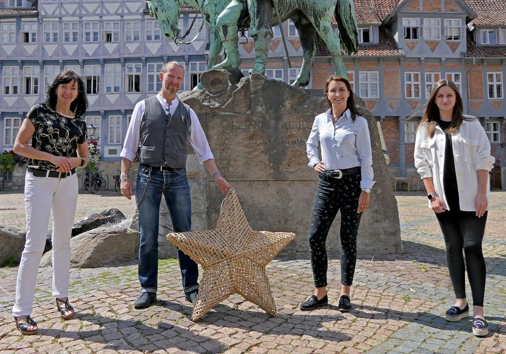 Bei der symbolischen Preisübergabe: Heike Isufi (MK Illumination Handels GmbH), Karsten Fischer (Lux Momentum GmbH), Anna Wohlert-Boortz und Vivien Strümpfler.