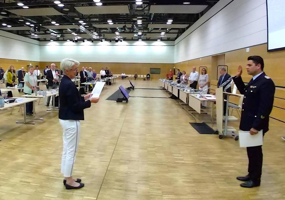 Landrätin Christiana Steinbrügge vereidigt Kreisbrandmeister Tobias Thurau für eine weitere Amtszeit.