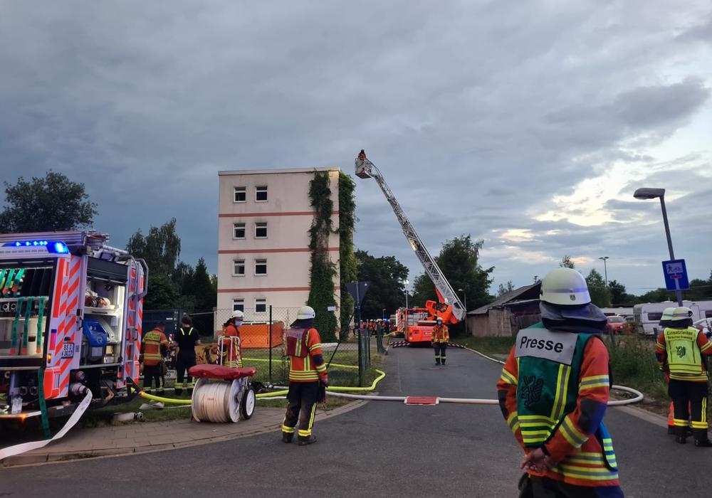 Die Feuerwehr rückt dem Brand mit einer Drehleiter zu Leibe.
