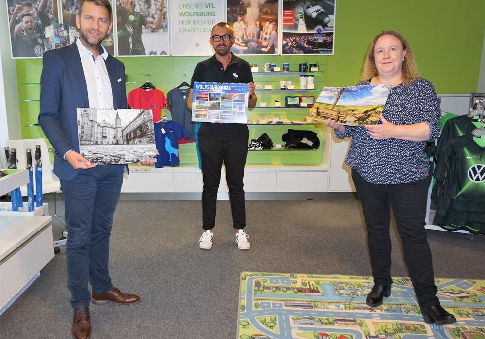 Von links: Dennis Weilmann (Kulturdezernent und Geschäftsführer der WMG), Jens L. Heinrich und Susanne Große-Freese (Tourist-Information Wolfsburg).