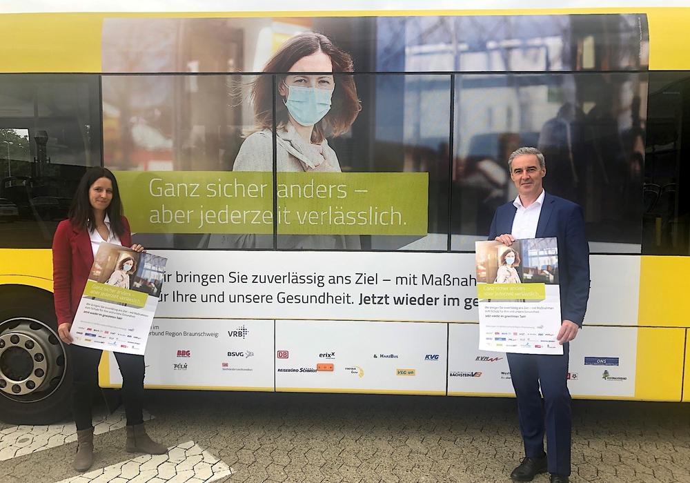 Anlässlich der ersten mit dem Kampagne-Motiv beklebten Busse im Verbundgebiet bei der Goslar Stadtbus GmbH trafen sich am Mittwoch Stadtbus-Geschäftsführerin Anne Sagner und Verbandsdirektor und gleichzeitig VRB Geschäftsführer Ralf Sygusch.