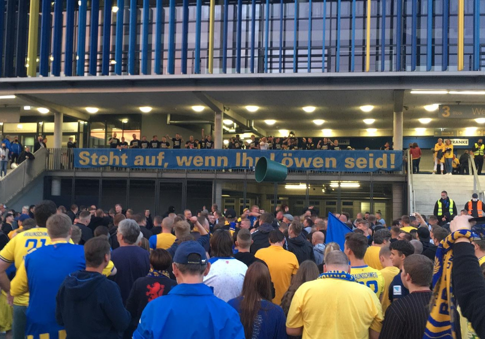 700 Fans vor dem Stadion - An die Abstandsregeln hielt sich hier niemand mehr.