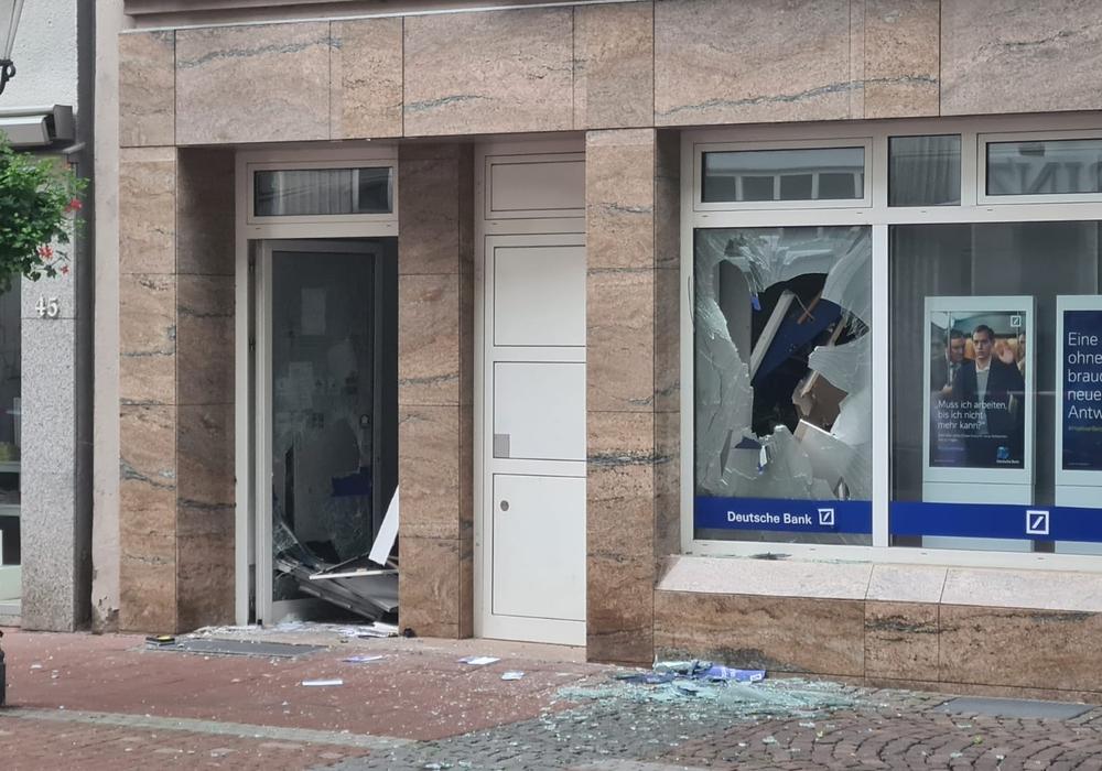 Mithilfe von Sprengstoffen haben heute morgen unbekannte Täter einen Geldautomaten ausgeraubt.