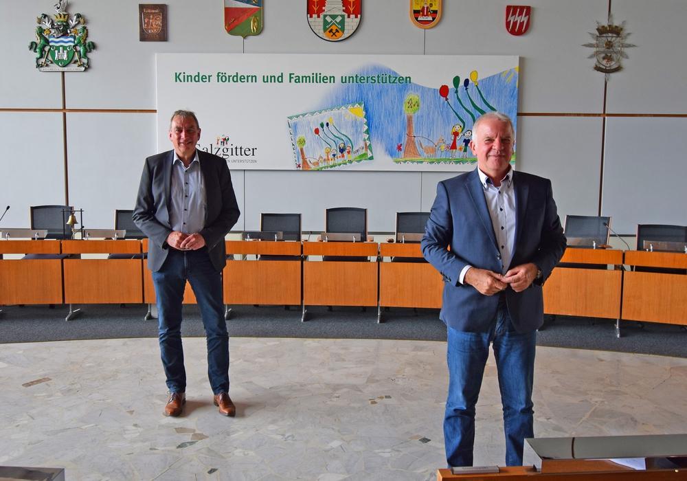 Rüdiger Skopek (links) und Günter Heinisch (rechts) im Ratssaal des Rathauses Salzgitter.