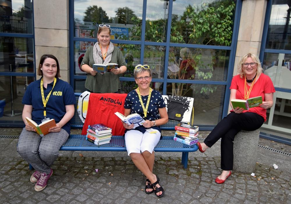 Von links nach rechts: Julia Sonnemann, Jessica Färber-Stecher, Sylvia Fiedler und Barbara Henning freuen sich auf die Sommerleseprojekte der Bibliothek.