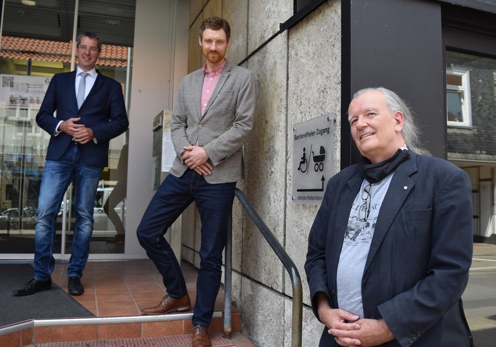 Axel Dietsch (rechts) kümmert sich als Stadtbehindertenbeauftragter um die Belange von Menschen mit Behinderungen in der Stadt Goslar. Oberbürgermeister Dr. Oliver Junk (links) und Sven Busse, Fachdienstleiter Bildung und Soziales, freuen sich auf die Zusammenarbeit.