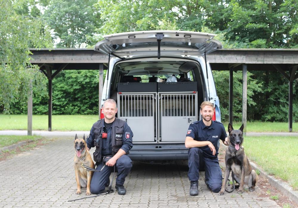 Polizeioberkommissar Michael K. (links) mit Luna und Polizeikommissar Philipp S. mit Zulu. Die Tiere und ihre Hundeführer müssen ein eingespieltes Team bilden.
