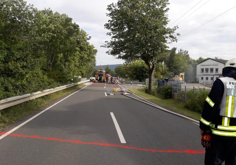 Auch die Straße musste für den Einsatz gesperrt werden.