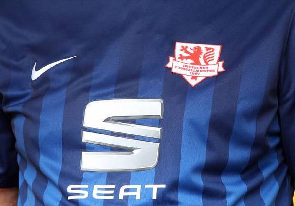Auswärtstrikot der Eintracht Braunschweig zum 50-jährigen Meisterschaftsjubiläum mit Seat-Logo.