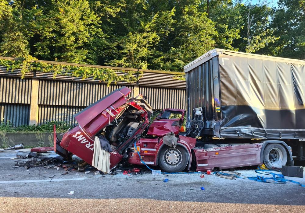 Der Fahrer dieses LKW wurde schwer verletzt.