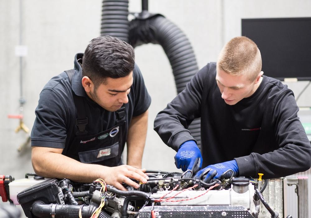 Jonas Edinger und Andreas Küpper-Melzer von der Handwerkskammer helfen Handwerksbetrieben bei der Besetzung ihrer offenen Lehrstellen.