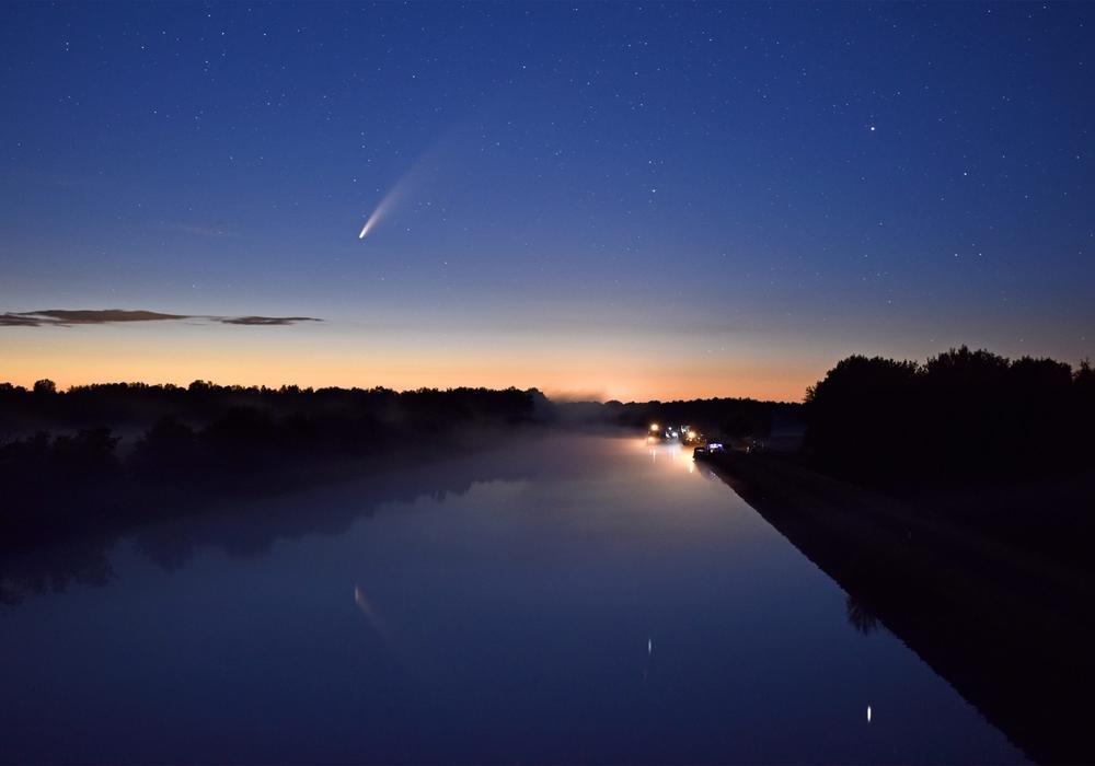 Der Komet ist derzeit am besten in den späten Abendstunden zu sehen.