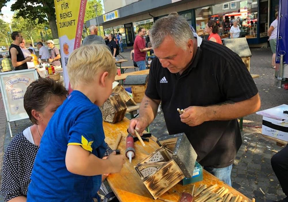 Martin Koschyk baut im vergangenen Sommer auf dem Erfurtplatz im Heidberg ein Bienenhotel mit einem Kind.