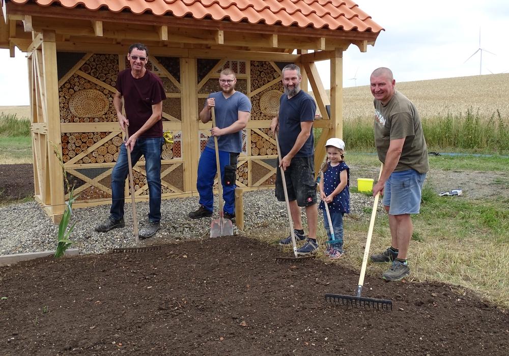 (Von links nach rechts): Die Gärtner des Vereines: Werner Dering, Lucas Narup, Mirco Mittag, Thea Mittag (die jüngste Helferin) und Vorsitzender Peer Narup.
