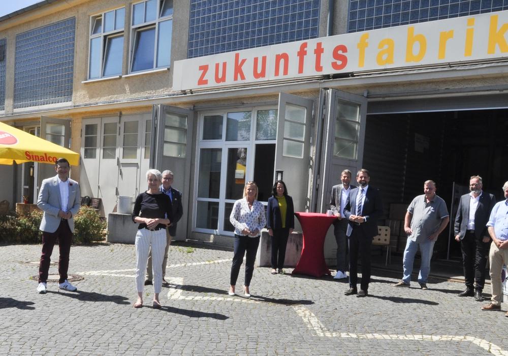 Gruppenbild mit Minister: Horst Kiehne (von links, Vorsitzender des DRK-Präsidiums), Ivica Lukanic (städtischer Baudezernent), Björn Försterling (DRK-Präsidium), Christiana Steinbrügge (Landrätin), Thomas Pink (Bürgermeister), Carola Weitner-Kehl (Geschäftsführerin des TIW), Axel Szybay (DRK-Präsidium) Olaf Lies (Niedersächsischer Umweltminister), Andreas Ring (DRK-Vorstand), Thomas Stoch, Uwe Rump-Kahl (beide Geschäftsführer der DRK-inkluzivo Wolfenbüttel gGmbH) und Sven Volkers (Leiter des Amtes Bauen und Planen).