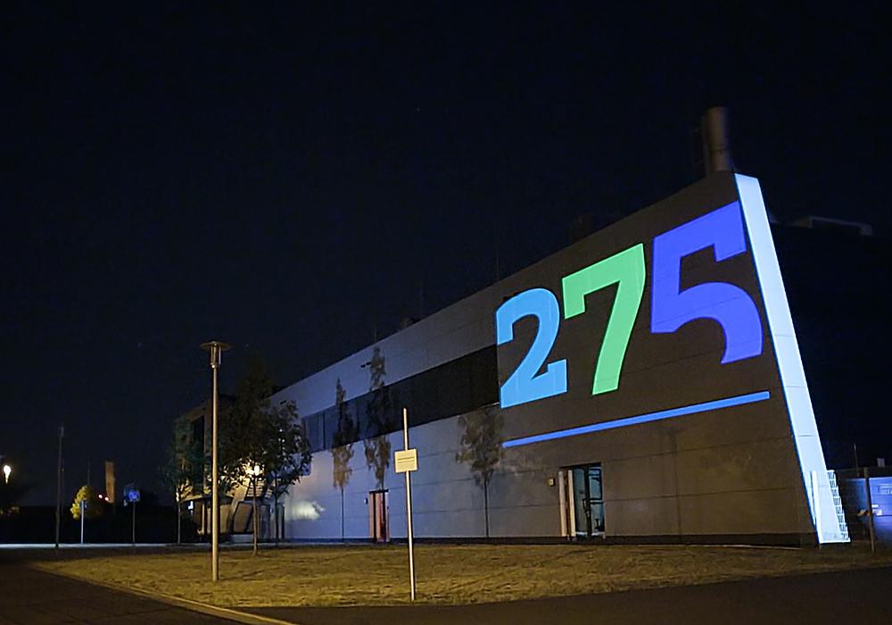 275 Jahre TU Braunschweig: Projektion am Niedersächsischen Forschungszentrum Fahrzeugtechnik (NFF).