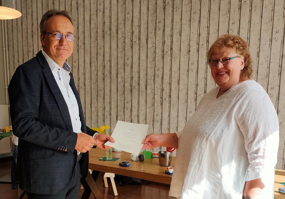 Der Leiter Einsatz- und Streifendienst, EPHK Jens Hoffmann, hat Gisela Preuß die Ruhestandsurkunde überreicht.