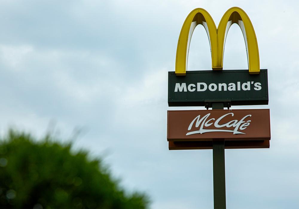 Fast-Food-Ketten wie McDonald's müssen ihren Beschäftigten deutlich mehr Geld zahlen. Bis zum Jahr 2024 steigen ihre Löhne um insgesamt 28 Prozent, so die Gewerkschaft NGG.