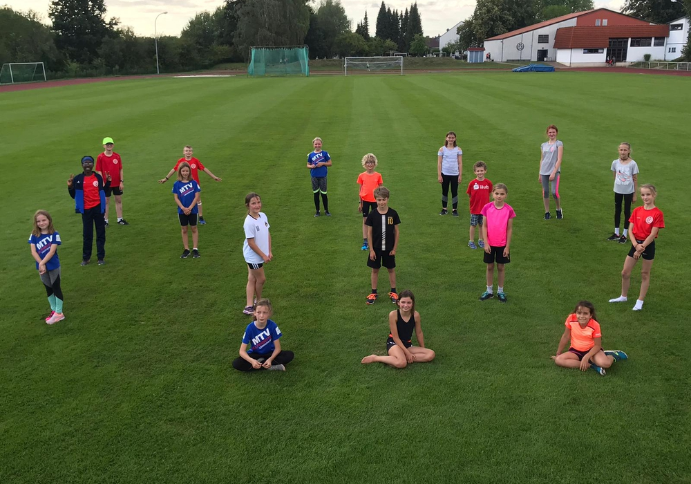 Die Sportlerinnen und Sportler der Altersklassen U10 und U12 versammelten sich mit Abstand auf dem Wettkampfgelände und absolvierten jeder die vier Disziplinen.