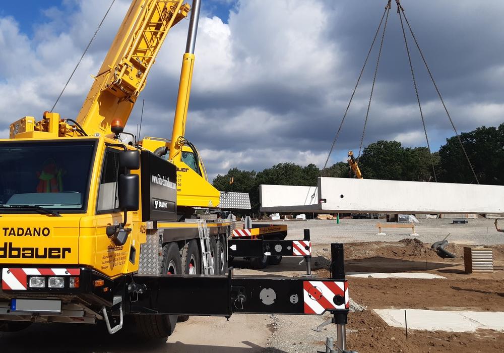 Für das Abfallwirtschaftszentrum Ausbüttel wurden die Fahrzeugwaagen angeliefert. Zur Montage wird ein Schwerlastkran eingesetzt.