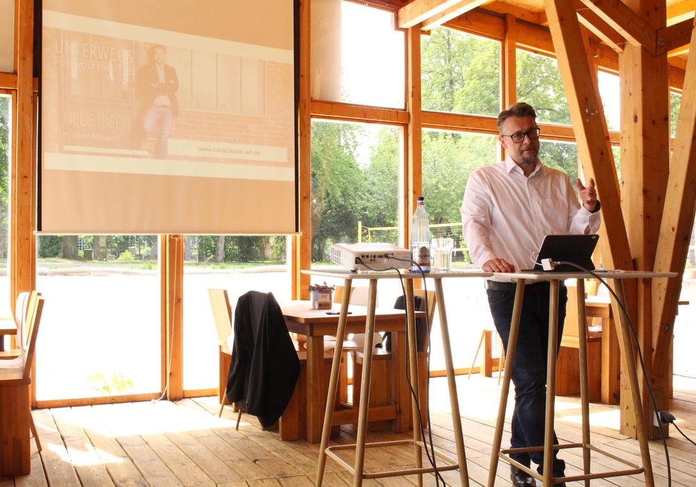 Ivica Lukanic bei der Vorstellung seiner Themen im Beachclub.