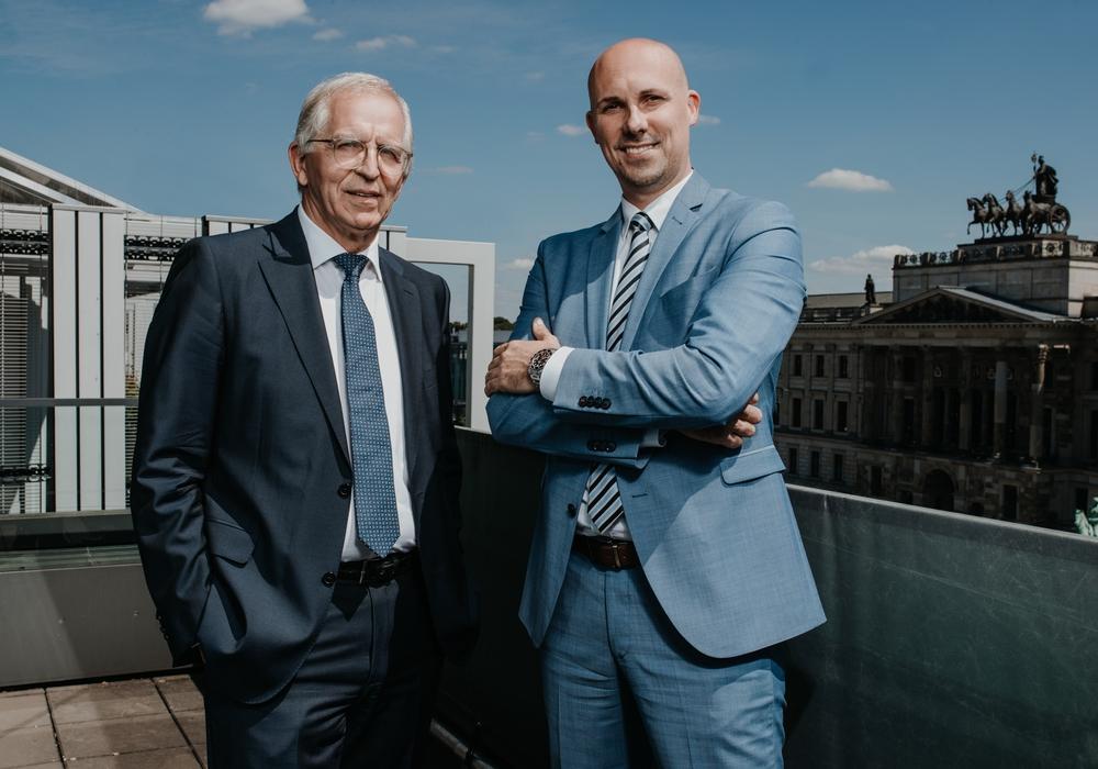 André Bonitzke (r.) übernimmt den Bereich Immobilien als Leiter von Joachim Hinze, der sich nach 44 Jahren Volksbank in den Ruhestand verabschiedet.