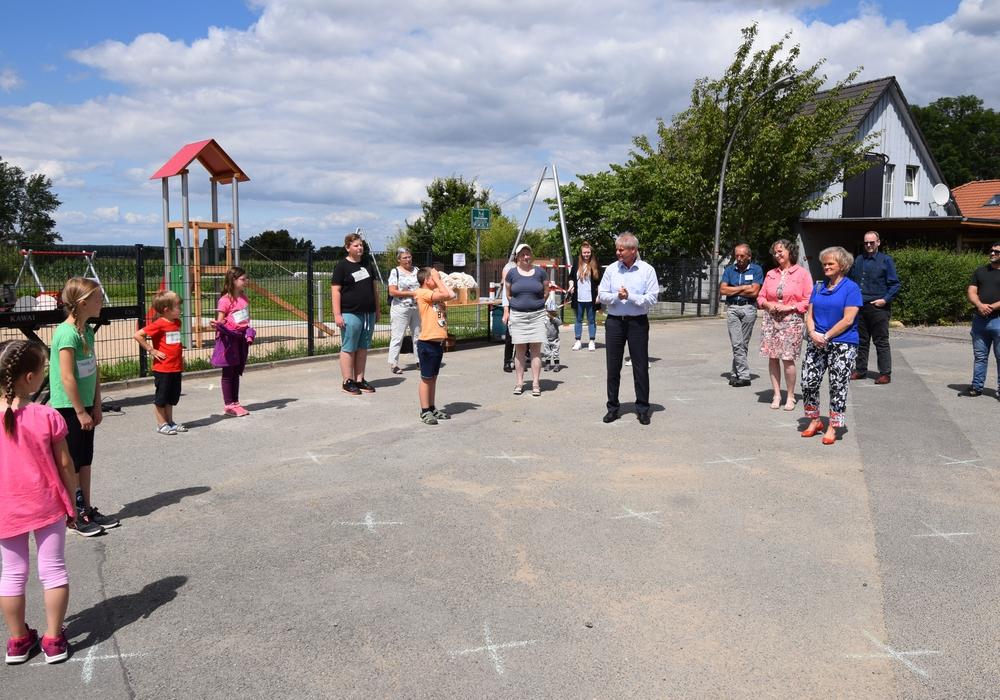 Oberbürgermeister Frank Klingebiel begrüßt die Gäste zur Spielplatzeröffnung.