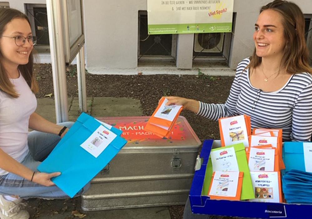 Jette und Vanessa, Praktikantinnen in der Stadtjugendpflege, bestücken die Machma-Kisten mit den liebevoll gepackten Ideentütchen.