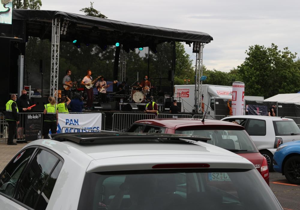 Beim CARantäne-Festival stehen Autos, wo sonst hunderte Menschen dicht an dicht stehen.