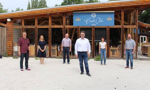 Ivica Lukanic (vorne) mit den Unterstützern vom BUW. (v.l.) Christoph Schmidt, Martina Sharman, Dr. Tobias Jüttner, Dr. Alexandra Tomerius und Dr. Roland Diesel